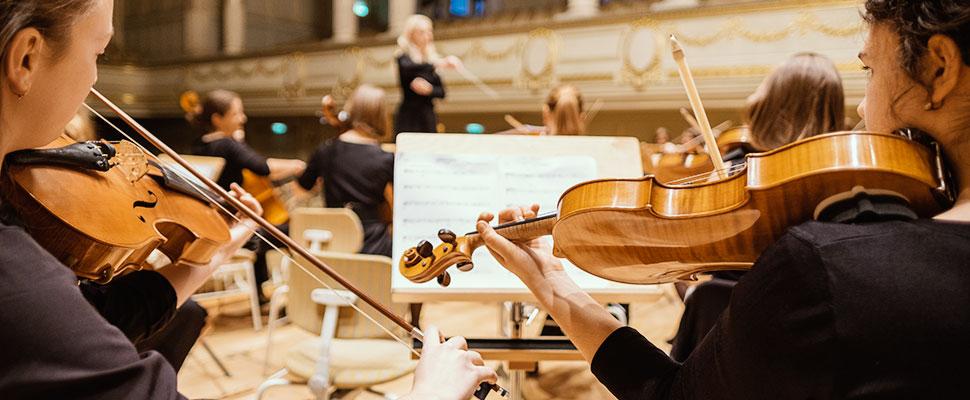 Unirse a una orquesta sinfónica: Esta es la fórmula exitosa para artistas musicales latinoamericanos