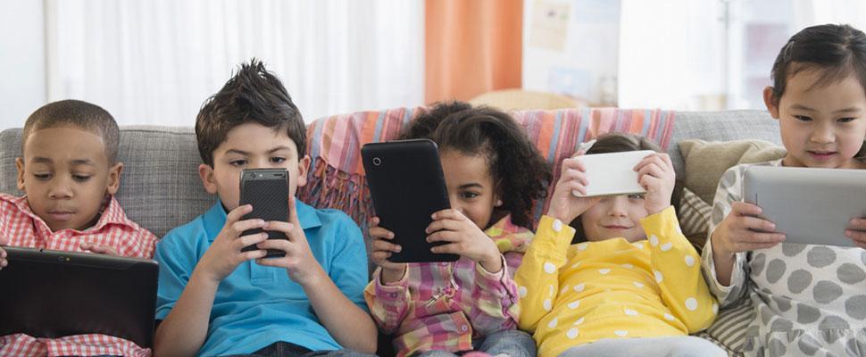 Reduzca el uso del celular de sus hijos con estos consejos