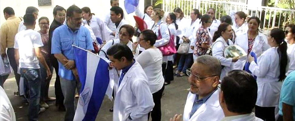 The Nicaraguan crisis worsens: doctors are being fired for attending protesters