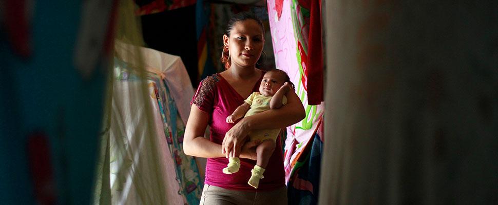 Madres por obligación: otra consecuencia de las pandillas en El Salvador