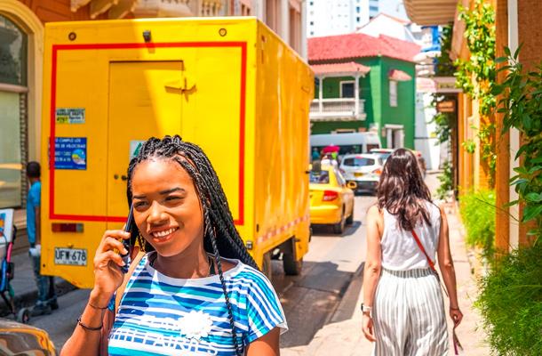 Mujer afrodescendiente  en las calles de Cartagena