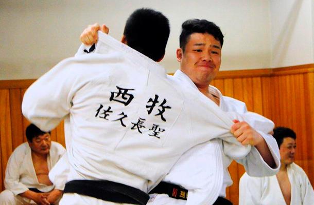 Dos hombres practicando judo