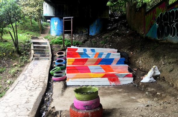 escaleras y gradas improvisadas debajo de un puente