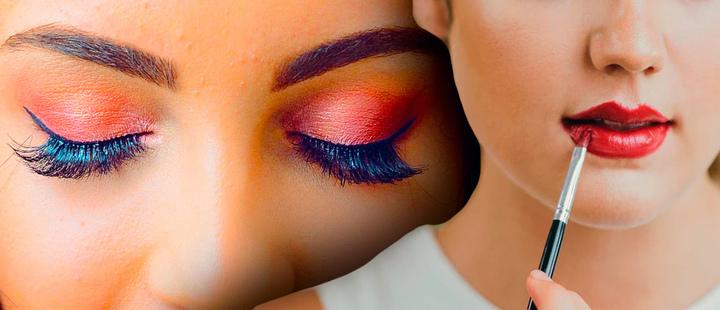Rostro de dos mujeres una de ellas mostrando su maquillaje de ojos y la otra pintándose los labios de color rojo con una brocha