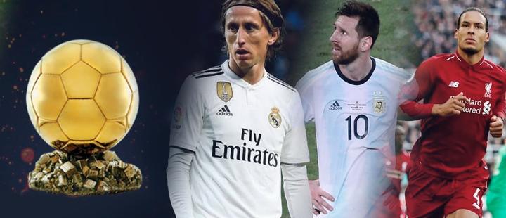 Fotografía del Balón de Oro y a su costado los 3 posibles candidatos a ganarlo: Luka modric, Lionel Messi y Virgin Van  Dijk