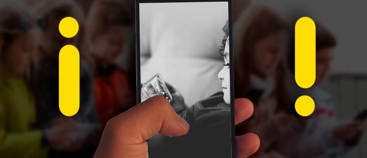 Celular que muestra un niño interactuando con un dispositivo móvil y signos de admiración