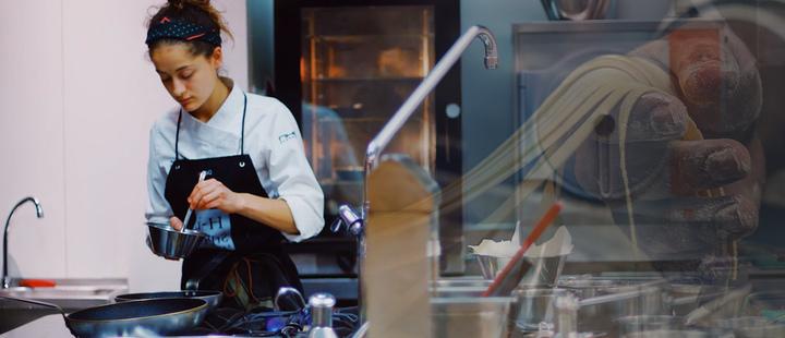 chef y maquina de pasta