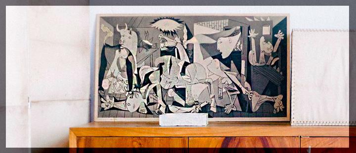 Obra 'Guarnica' de Picasso sobre un mueble de madera