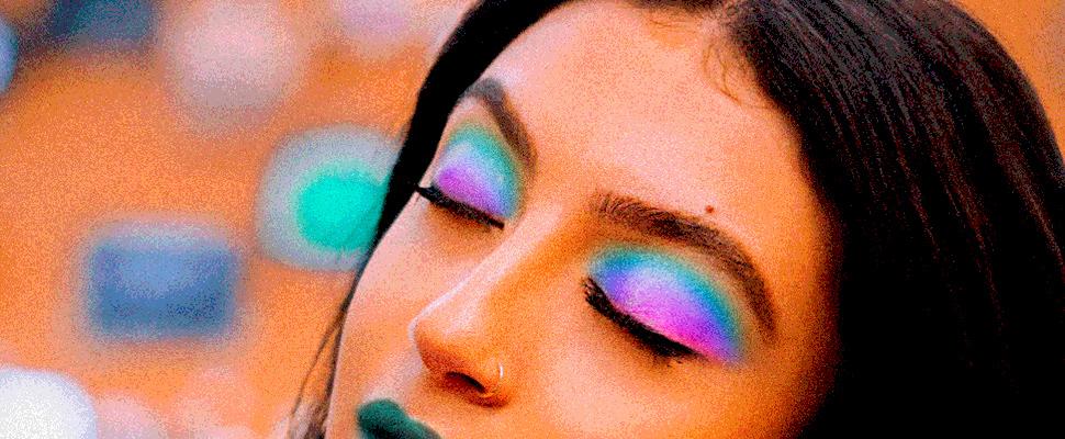 Mujer mostrando su maquillaje de ojos