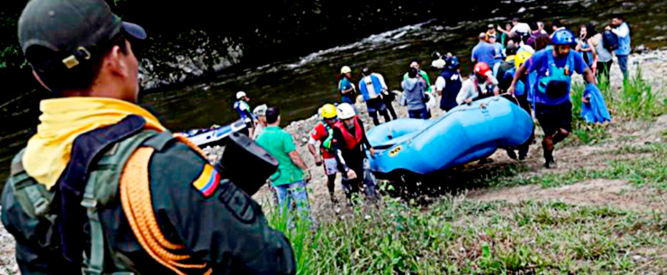 Ex-guerrilleros de la Farc cargando la balsa del equipo de rafting