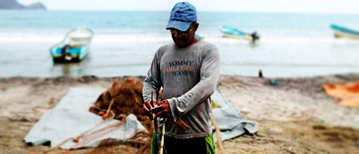 Un pescador repara una red de pescar en Patanemo, Venezuela.