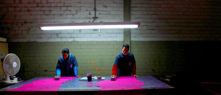 Trabajadores brasileños le dan un color a una pieza de cuero que se usará para fabricar zapatos en una fábrica en Novo Hamburgo, en el estado de Rio Grande do Sul, el 5 de agosto de 2010.