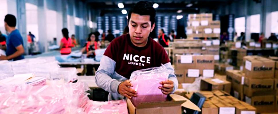 Un empleado arregla papeletas que se usaron en la primera vuelta de las elecciones generales de Guatemala.