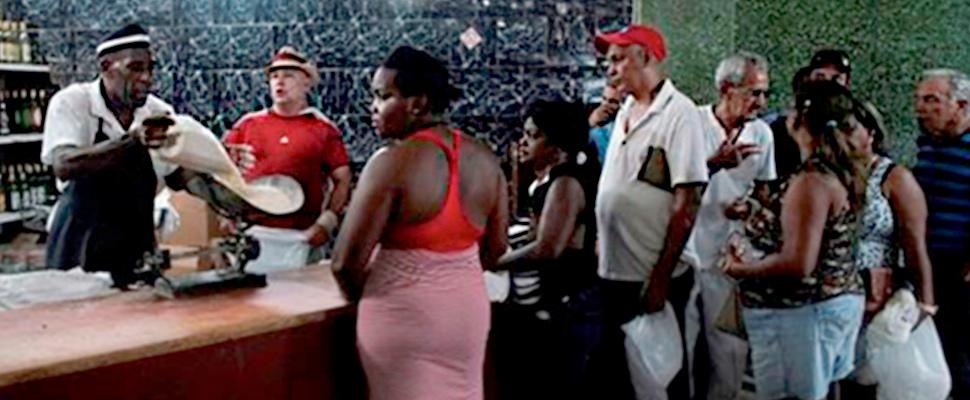 Personas hacen fila para comprar arroz en una tienda del estado en el centro de La Habana, Cuba.
