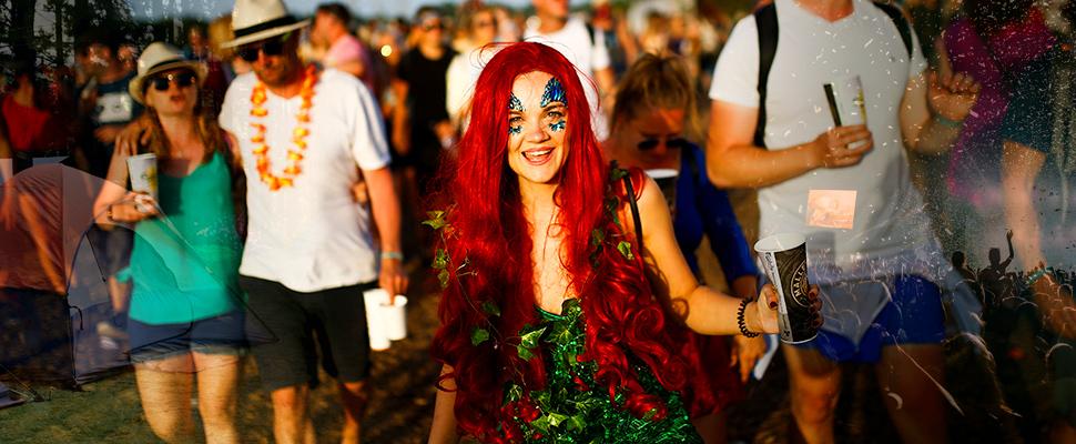 Mujer durante el Festival de Glastonbury en Somerset