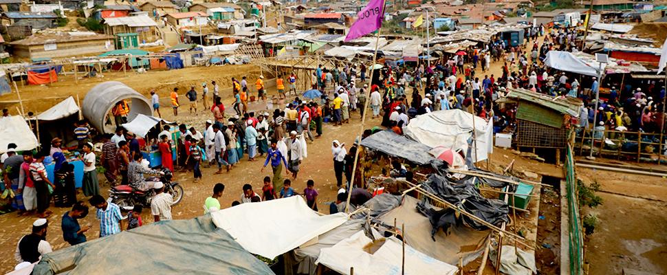 Los refugiados Rohingya se reúnen en un mercado dentro de un campo de refugiados en Cox's Bazar, Bangladesh