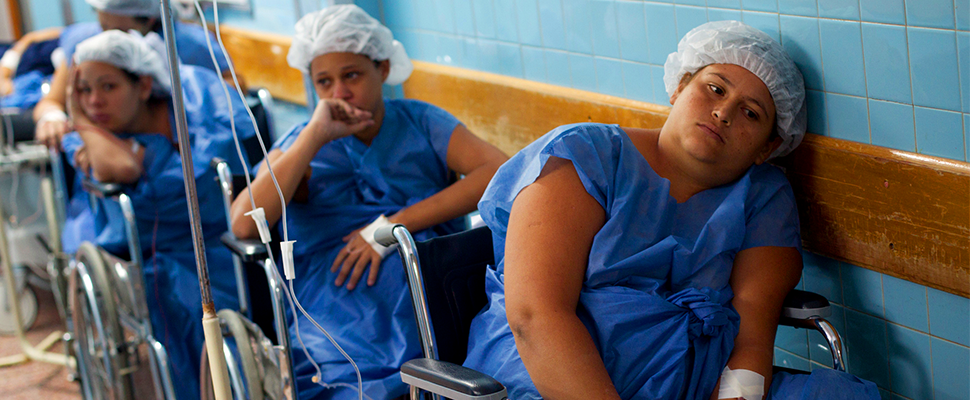 pregnant women lining up in a Caracas hospital
