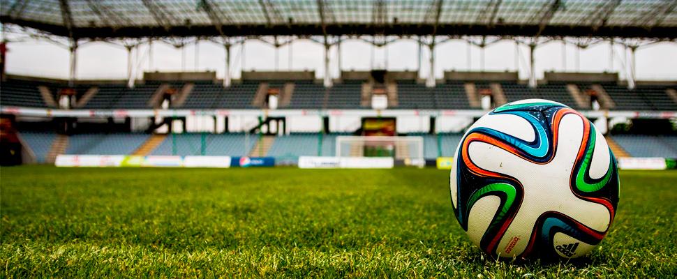 Balón de fútbol en el campo de un estadio