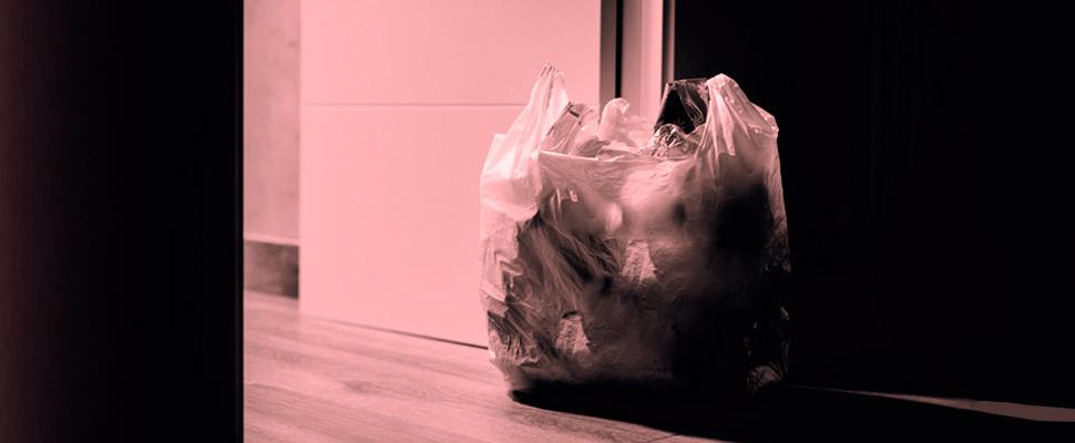 Bolsa de plástico llena de basura