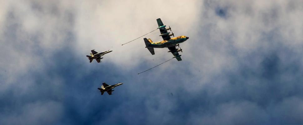Avión de abastecimiento de combustible y aeronaves K-fir en vuelo
