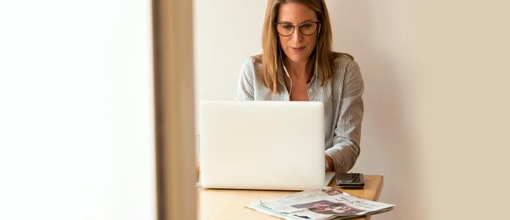 Mujer usando un computador portátil